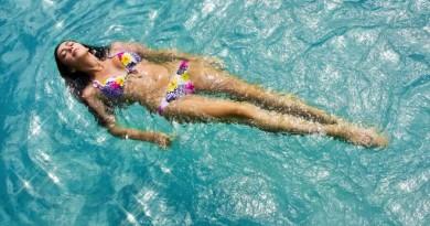 mergina plaukimas baseinas vasara vanduo