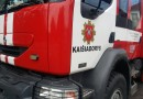 Vos tik baigę gesinti degantį automobilį ugniagesiai tapo avarijos liudininkais