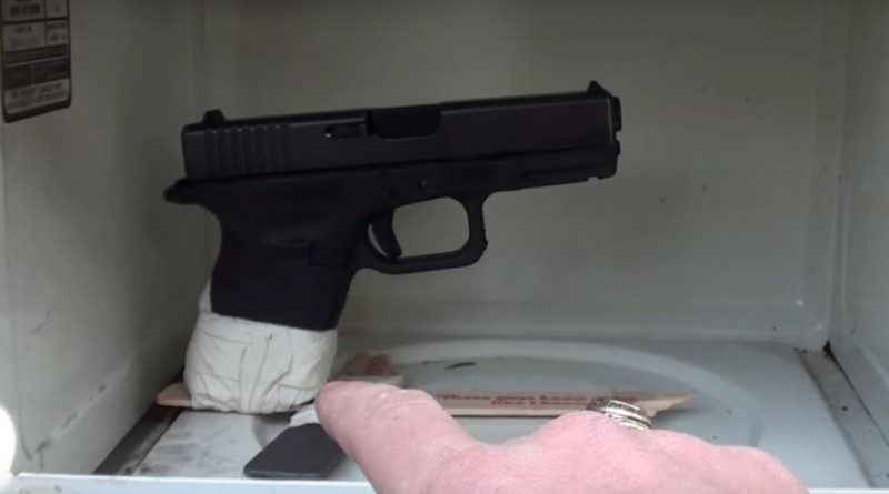 Kas vyksta įdėjus užtaisytą pistoletą į mikrobangų krosnelę?