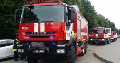 """Į gaisrą AB """"Achema"""" priklausantį cechą buvo iškviestos ugniagesių pajėgos net iš Kauno, Kaišiadorių bei Kėdainių"""