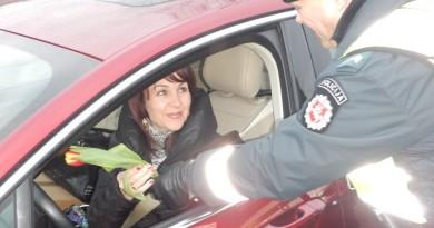 Kaišiadorių policijos pareigūnai sveikino moteris su kovo 8-ąja (2)