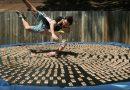 Video, kuriame vaikinas šoka ant batuto pilno pelėgaudų, sulaukė milijonų peržiūrų