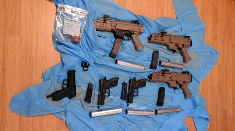 Policijos pareigūnai aptiko nelegalius automatus ir pistoletus su garso slopintuvais