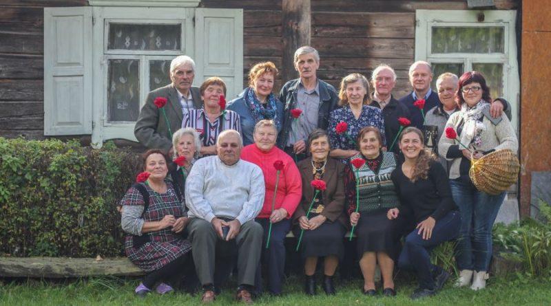 55 Edukacijos dalyviai nusifotografavo prie buvusios mokyklos IMG_9716-63