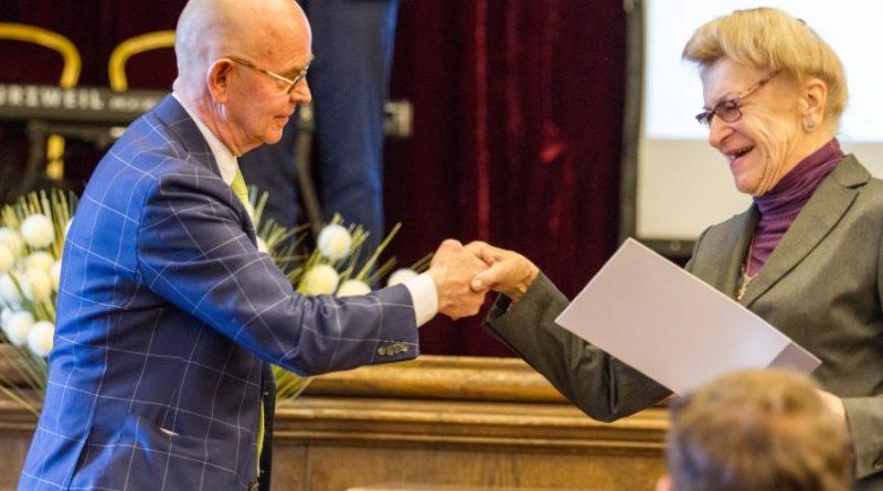 Diplomatas Antanas Vinkus sveikina Kauno gidę Janiną Zaleckienę, gavusią Ūkio ministro padėką už indėlį į turizmo plėtrą