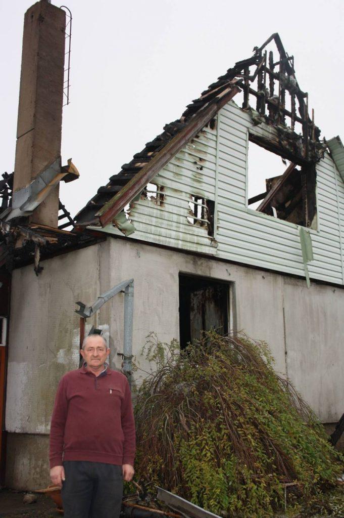 Petras Lavreckas prie sudegusio namo