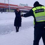 Kaišiadorių r. PK pareigūnai sveikino moteris vairuotojas bei pėsčiąsias (1)