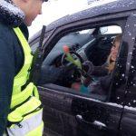 Kaišiadorių r. PK pareigūnai sveikino moteris vairuotojas bei pėsčiąsias (2)