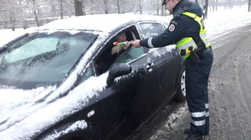 Kaišiadorių r. PK pareigūnai sveikino moteris vairuotojas bei pėsčiąsias (4)