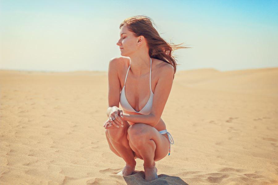 baltas bikini