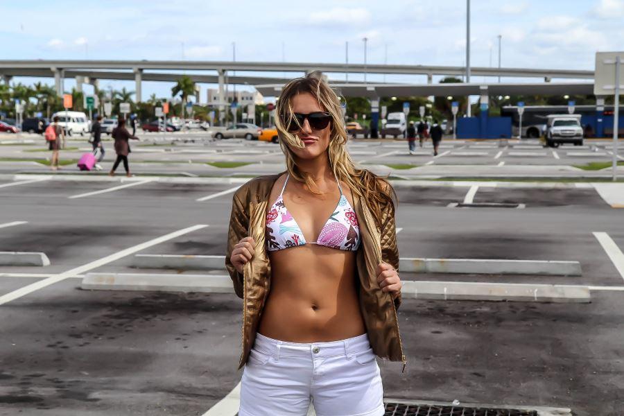 bikini mergina