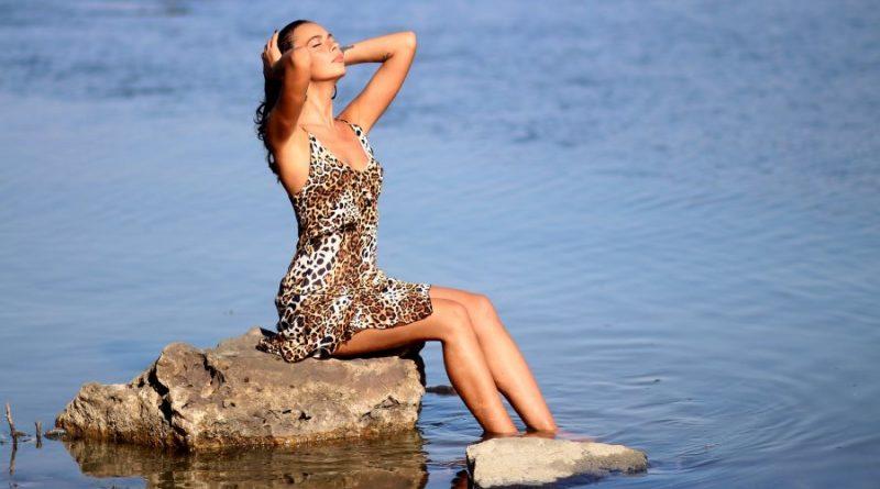 mergina vanduo ežeras vasara akmuo