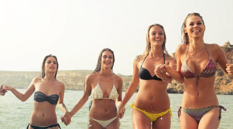 merginos bikini vasara jūra