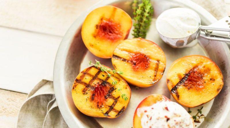 Grilintos persikų puselės desertas vaisiai